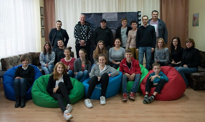 Camera, professional lightning and rir screen for teenagers from Kyiv Social Media School